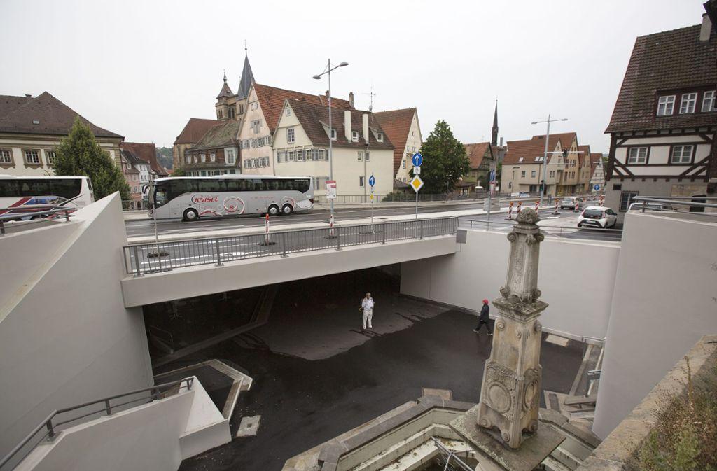 Obwohl sie jetzt fertig ist,  sieht die Augustinerbrücke wegen der noch zwei Jahre dauernden Teil- und Vollsperrung der Geiselbachstraße wie eine Baustelle aus. Foto: Horst Rudel