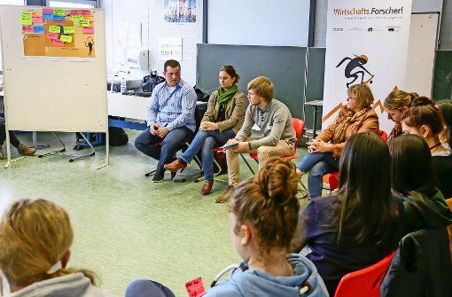 Konventionelle Landwirte und deren Bio-Kollegen diskutieren mit Gymnasiasten über die Fleischproduktion. Von links:  Florian Petschl, Ida Hartmann, Max Nastula und  Rita Fauser Foto: Thomas Krämer