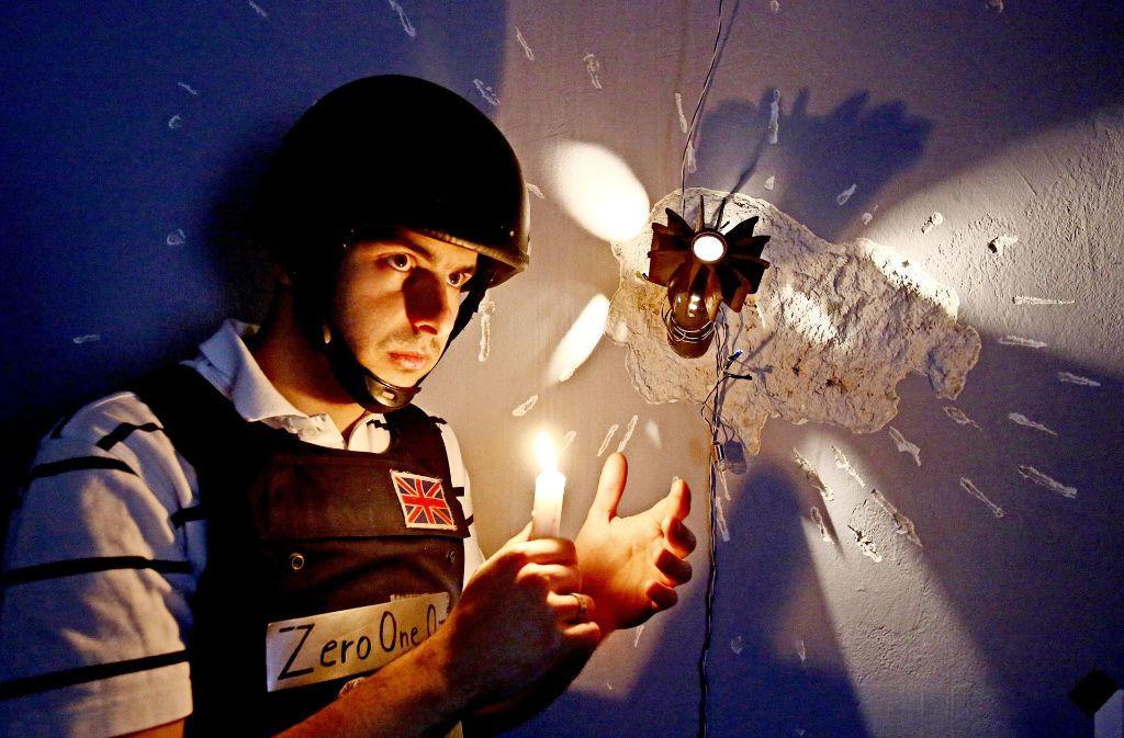 Hier sieht's aus wie im Krieg: Der Besitzer des Kriegshostels Arijan Kurbasic steht mit einer Kerze in einem der Hostelzimmer. Foto: AP