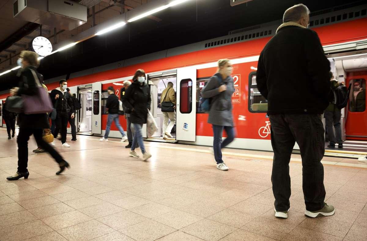 Weniger Menschen brauchen zusammen weniger Zeit beim Ein- und Ausstieg in oder aus der S-Bahn. Foto: Lichtgut/Julian Rettig