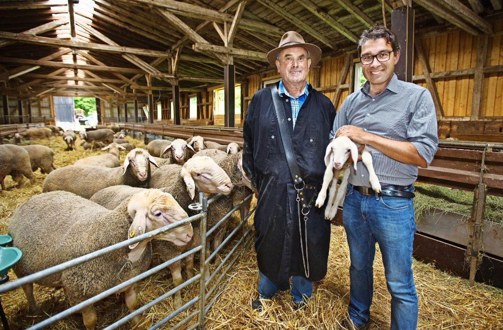Der Umweltstaatssekretär Andre Baumann (rechts) bedankt sich bei Schäfer Dieter Hertler aus Deggingen für dessen großen Einsatz und wirbt für naturnahen Tourismus im Kreis Göppingen. Foto: Ines Rudel
