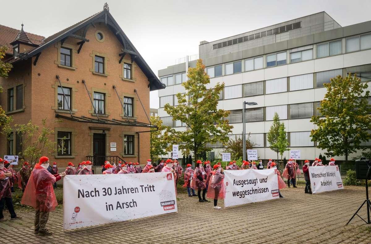 Mehr als 100 Mitarbeiter haben am Donnerstag gegen die Schließung von Honeywell in Schönaich protestiert. Foto: factum/Simon Granville