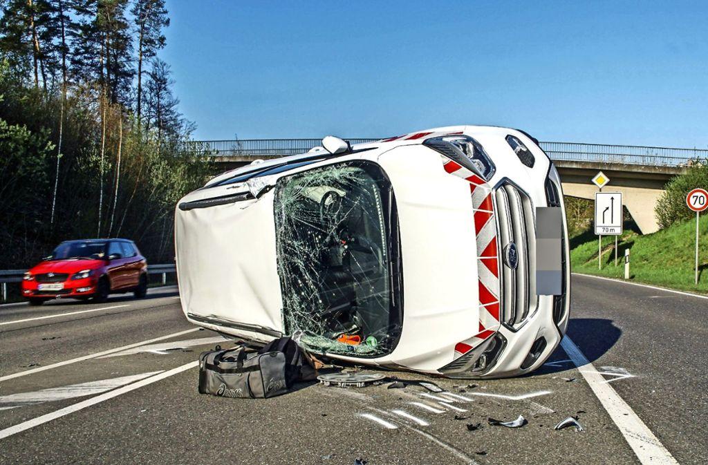 Die beiden Insassen des Ford wurden schwer verletzt. Foto: SDMG