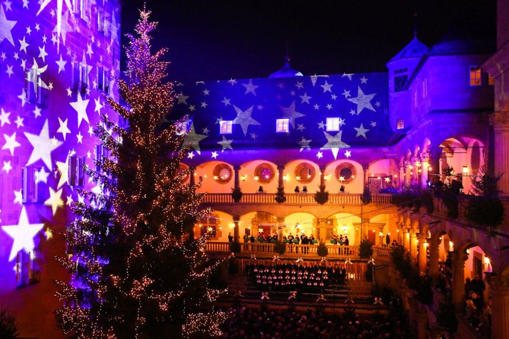 Weihnachtliche Stimmung in Stuttgart: bis zum 23. Dezember heißt es schlendern, schlemmen und shoppen. Im Folgenden zeigen wir viele schöne Bilder vom ersten Weihnachtsmarkt-Abend in Stuttgart am Mittwoch. Foto: Beytekin