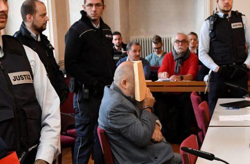 Vor dem Urteil klappt  Angeklagter zusammen