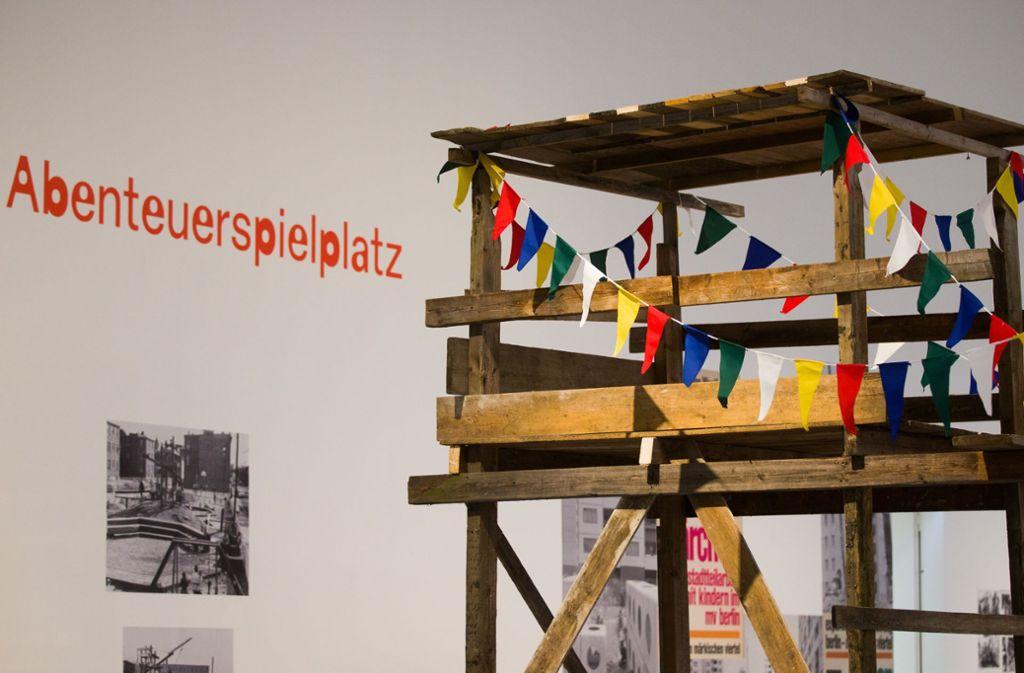 Aus groben Brettern zusammengenagelt: ein nachgebauter Abenteuerspielplatz in der Bundeskunsthalle in Bonn Foto: dpa