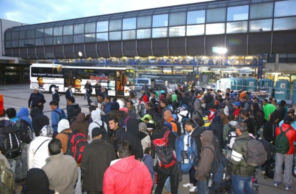 Flüchtlinge sind mit dem Zug aus Bayern nach Mannheim gebracht worden. Nun werden sie mit dem Bus weitertransportiert, zum Teil nach Hessen, Rheinland-Pfalz und in das Saarland. Foto: dpa