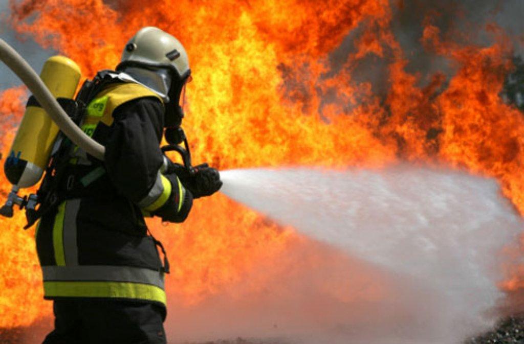 Die Feuerwehr war am Montagmorgen bei einem Feuer in Ditzingen gefordert.  Foto: dpa/Symbolbild