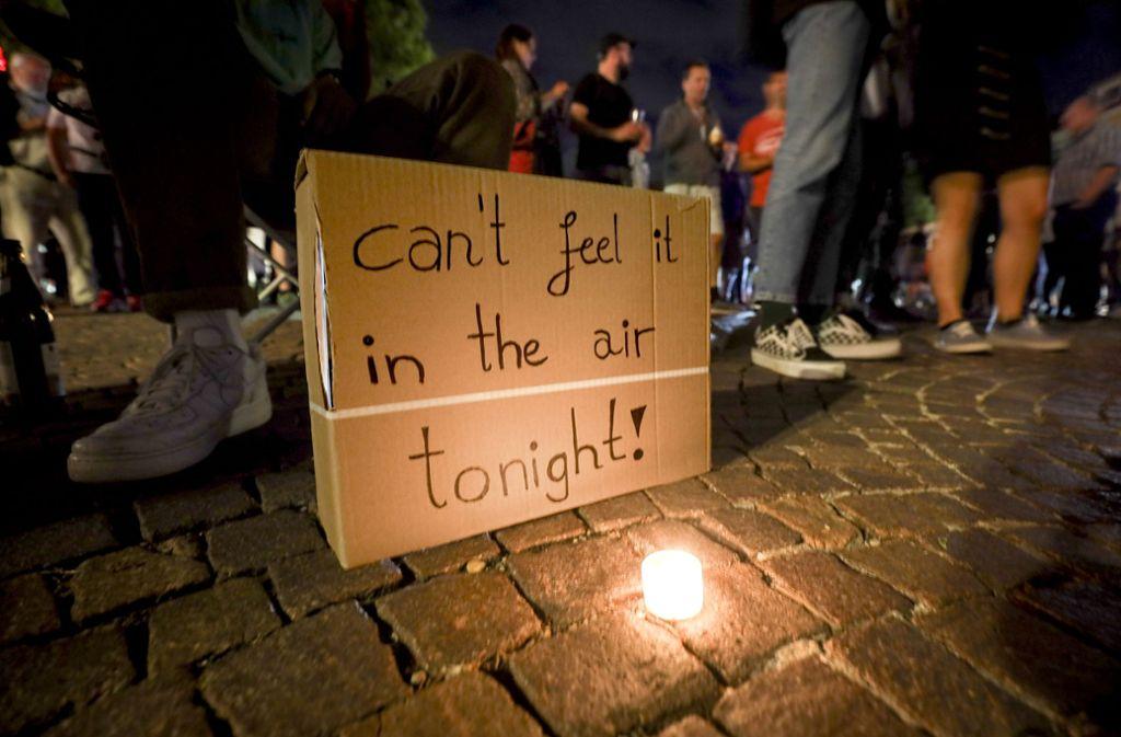 Auf dem Marktplatz in Sindelfingen machen die Demonstranten ihren Unmut auch mit Plakaten deutlich. Foto: factum/Weise
