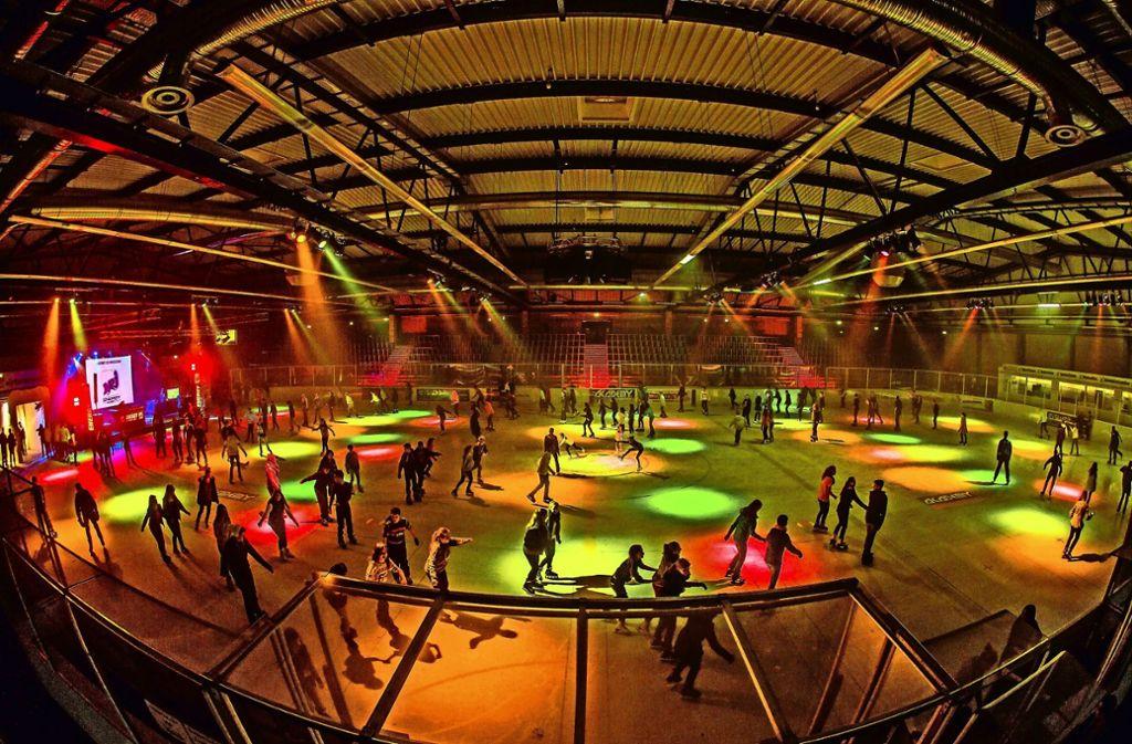 Ein Ausflug in die Eishalle auf der Waldau in Stuttgart-Degerloch ist das Richtige, wenn man sich trotz der Kälte bewegen will, aber man keine Lust auf einen Spaziergang hat.     Foto: Eiswelt/Thomas Niedermueller