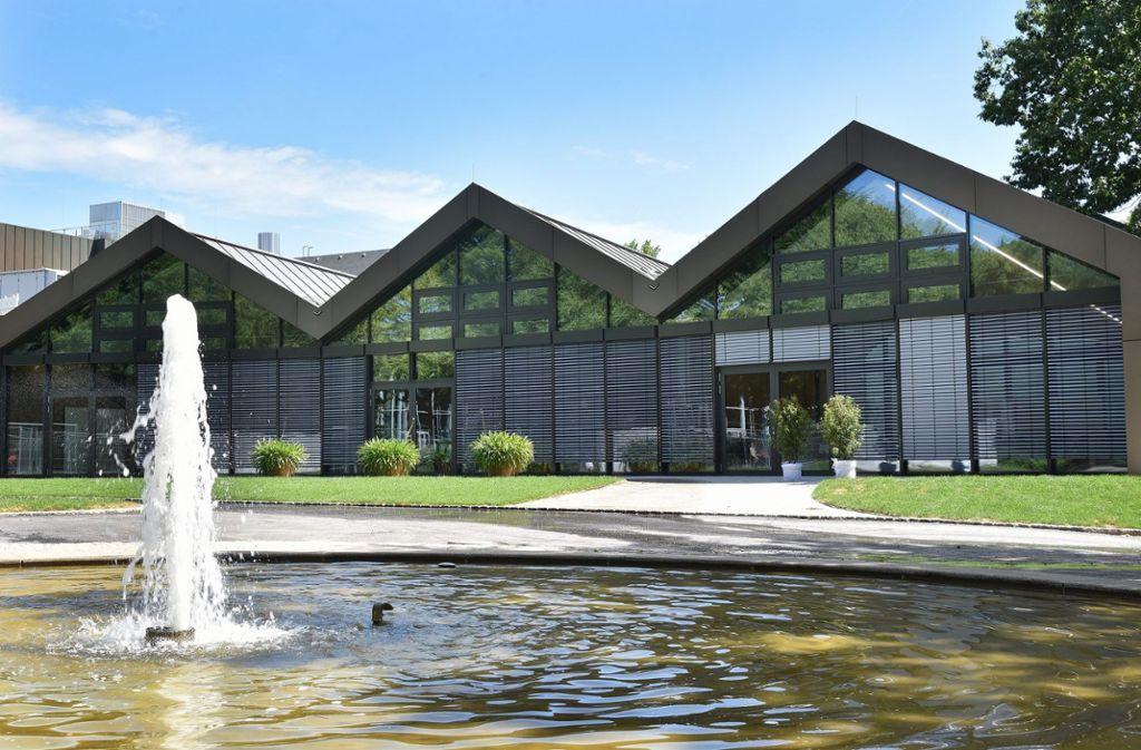 Der neue Anbau der Filderhalle mit einer einzigartigen Glasfassade, lichtdurchfluteter Foyer-Fläche und sich anschließender Terrasse mit Blick in den Stadtpark Leinfelden.     Foto: Günther Bergmann und Filderhalle