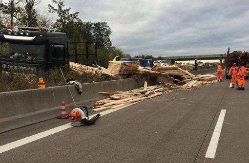 Lastwagen mit Bauholz kippt um – vier Menschen verletzt