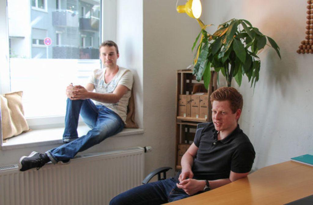 Julian Reitze und Stefan Zender im Büro von Rezemo. Foto: Theresa Rabik
