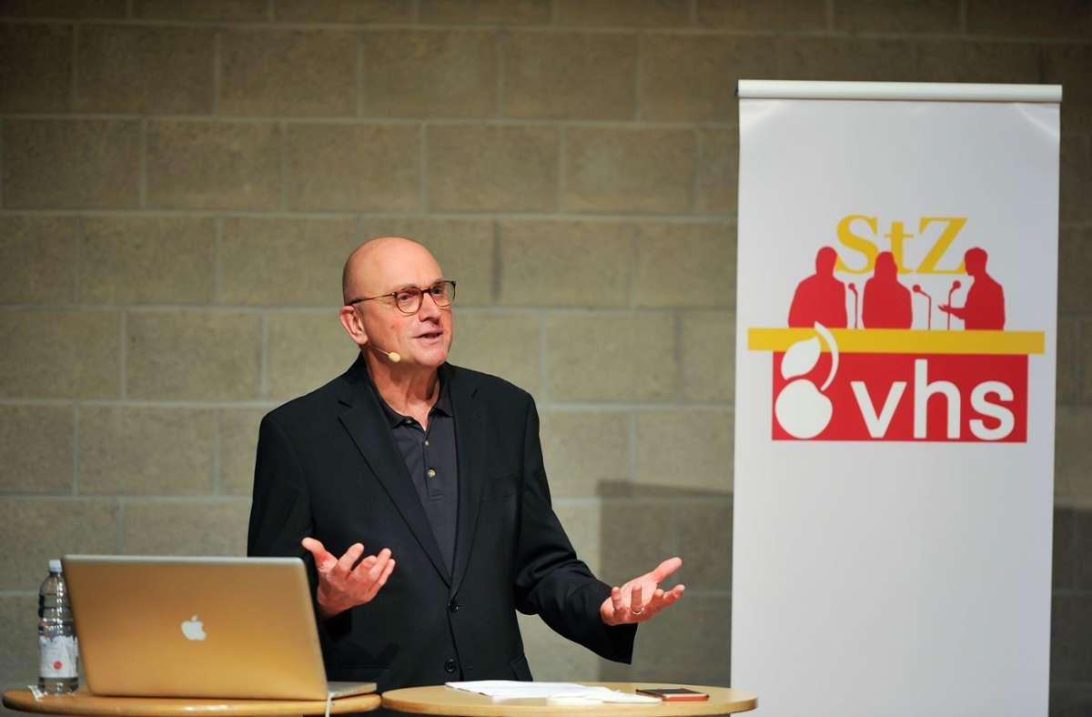 Landespolitikredakteur Arnold Rieger bei seinem Vortrag Foto: Lichtgut/Max Kovalenko