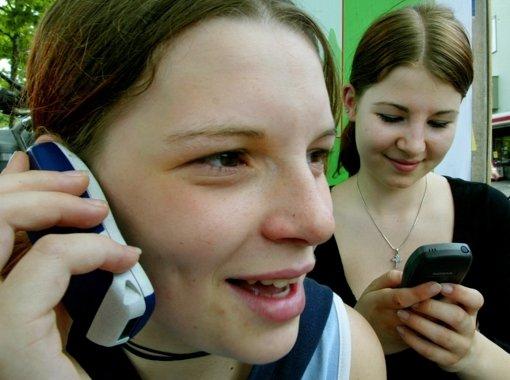 Für viele Jugendliche wird das Handy zur Schuldenfalle. Foto: dpa