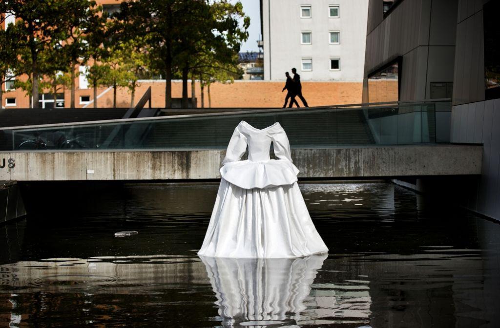 """Die Ausstellung """"Schöne Aussichten"""" beginnt   am Eingang des Stadthauses. Foto: Ines Rudel"""
