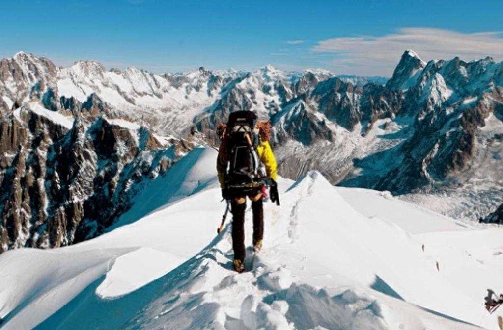 Idyllisch und gefährlich: Bergsteiger unterschätzen nicht nur das Mont-Blanc-Massiv. Foto: dapd