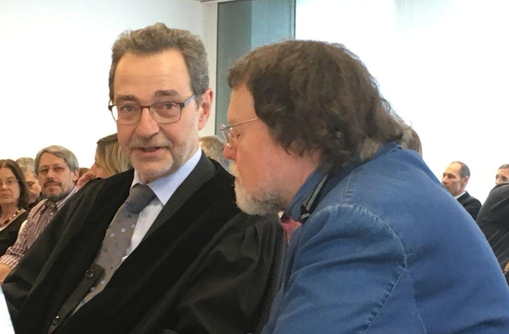 Werten den Vergleich als Erfolg: Kläger Manfred Niess (re.) mit Anwalt Roland Kugler vor dem Verwaltungsgericht Foto: Schwarz