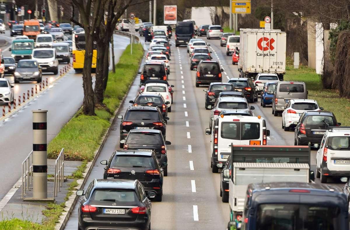 Am Neckartor gilt bereits Tempo 40, auf den Zulaufstrecken B10 und B14 soll die Höchstgeschwindigkeit nun rasch reduziert werden. Foto: Lichtgut/Max Kovalenko