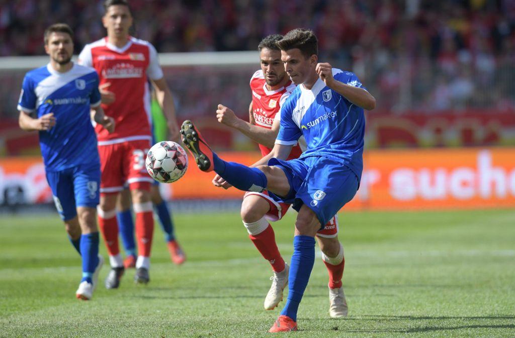 Der 1. FC Magdeburg (blau) steigt in Liga drei ab. Foto: Jörg Carstensen/dpa