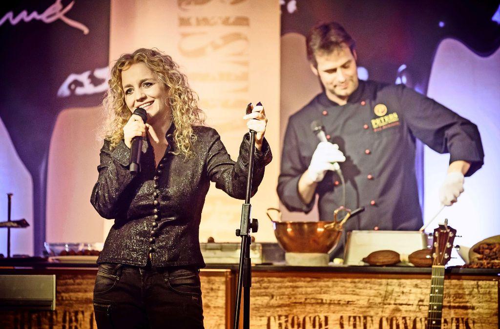 Während Christina Rommel über Schokolade singt, bereitet Chocolatier Dirk Beckstedde schon die nächste Leckerei vor. Foto: Jan Potente