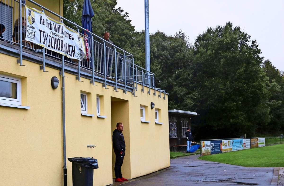 TVOe-Trainer  Haris Krak wird  beim 2:2   gegen den TSV Schornbach von Schiedsrichter Lars Schulmeister zweimal verwarnt und von der Bank verbannt. Foto: Eva Herschmann