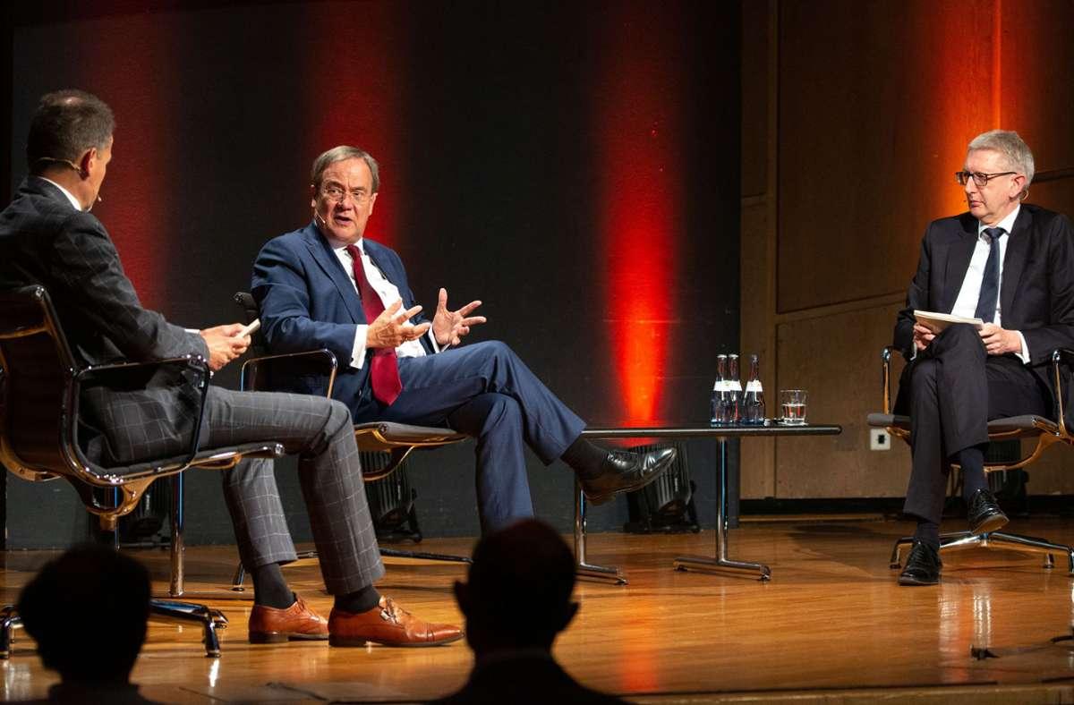 Armin Laschet im Gespräch mit Christoph Reisinger (links) und Joachim Dorfs, den Chefredakteuren der Stuttgarter Nachrichten und der Stuttgarter Zeitung. Foto: Lichtgut/Leif Piechowski
