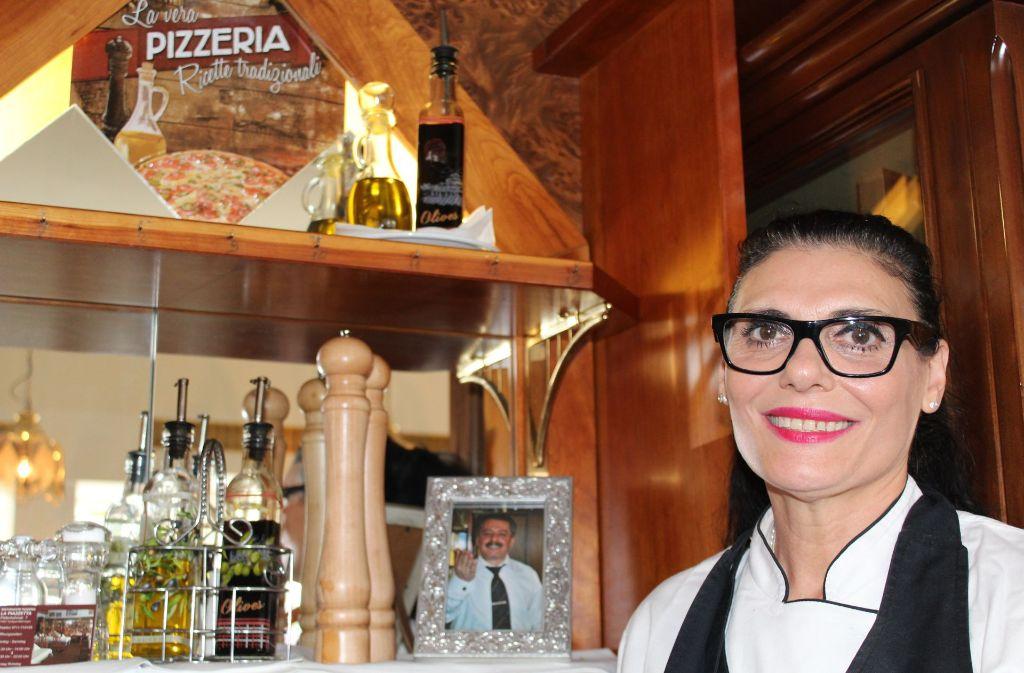 Rita Guerra-Sirone mit einem Bild ihres Mannes Vincenzo. Foto: Denise Kupka