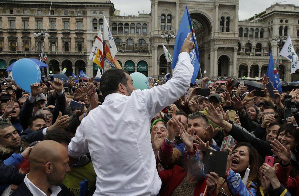 Nach der Kundgebung gönnt sich Lega-Chef Matteo Salvini noch ein Bad in der Menge seiner Anhänger. Foto: dpa
