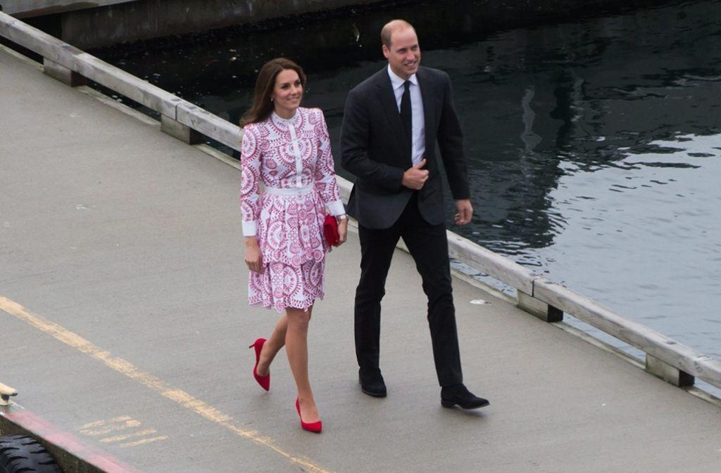 Ankunft in Vancouver: die Frisur sitzt, das Outfit sowieso. Herzogin Catherine und ihr Gatte Prinz William sehen aus wie aus dem Ei gepellt – so kennen wir sie. Foto: AP