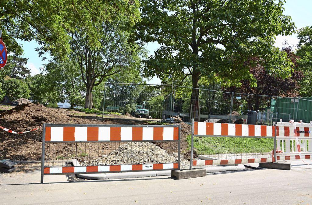 Jetzt haben die Bauarbeiten am Veielschen Garten in der Waiblinger, Ecke Kreuznacher Straße begonnen. Foto: Janey Schumacher
