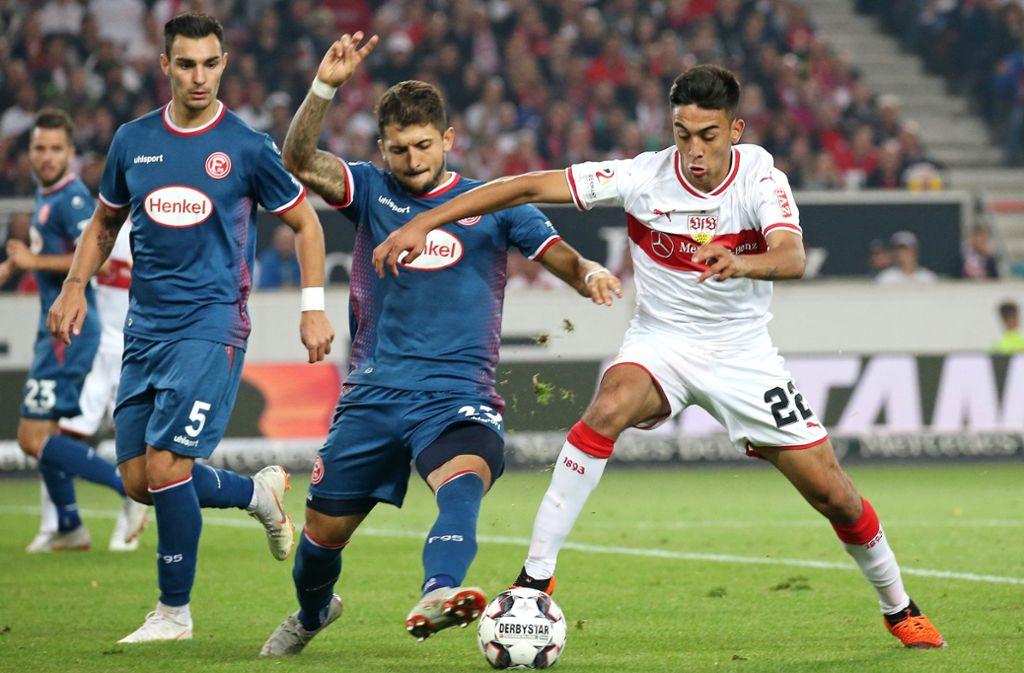 Der Düsseldorfer Matthias Zimmermann (Mitte) beim 0:0 im Hinspiel im Duell mit Nicolas Gonzalez vom VfB Foto: Baumann