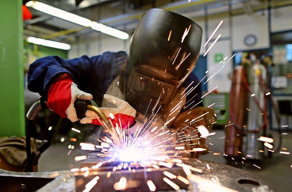 Oft erwerben die Nachwuchskräfte ihre Fähigkeiten in Handwerksbetrieben und wechseln dann als gut ausgebildete Kräfte beispielsweise in die Industrie. Foto: dpa/Oliver Berg