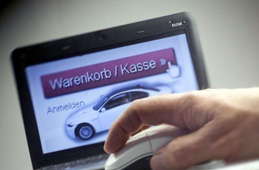 Frau versucht Mietwagen im Internet zu verkaufen