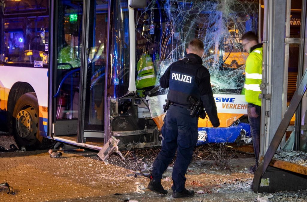 Beim Unfall sind in Wiesbaden 23 Menschen verletzt worden, ein Mann erlag seinen Verletzungen. Foto: dpa/Michael Ehresmann