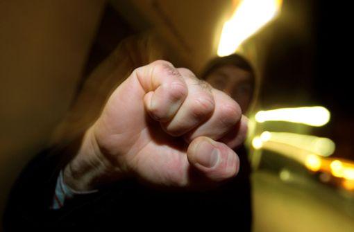 Drei Männer schlagen und treten auf 25-Jährigen ein