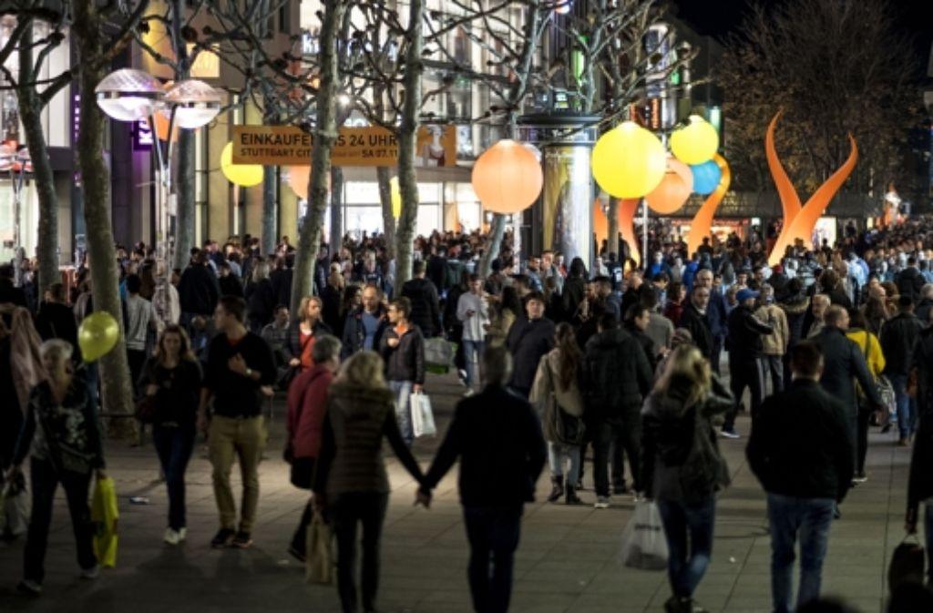 Bei der vorigen langen Einkaufsnacht im November quoll die Stadt fast über – was aber auch an den äußerst milden Temperaturen lag. Foto: Lichtgut/Achim Zweygarth