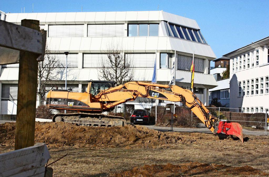 Ein Baggerfahrer hebt    im  Oberaichener Industriegebiet eine Baugrube aus. Foto:
