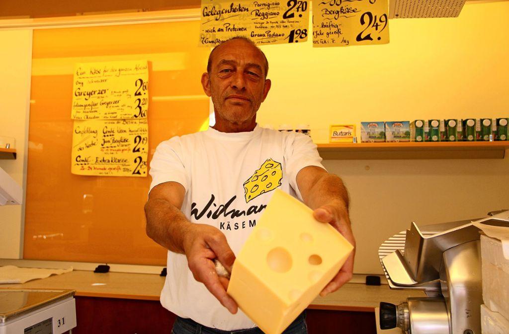 """Reiner Wöhrle verkauft seit 37 Jahren Käse auf dem Wochenmarkt in Stuttgart-Vaihingen. Er sagt: """"Kein gescheiter Käsemacher kann für 39 Cent Käse herstellen."""" Foto: Corinna Pehar"""
