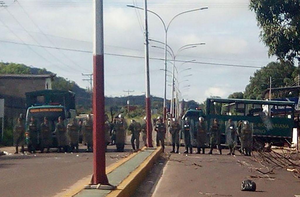 Venezuelanische Soldaten blockieren nach einem Aufstand die Zufahrt zum Gefängnis. Foto: