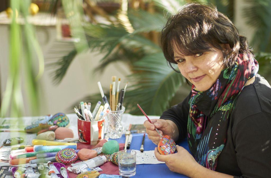 Pia Meyer aus Berglen gehört zu den produktivsten Steinemalerinnen im Landkreis.  Foto: privat
