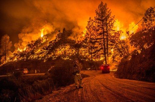 Feuer und Flut richten tödliche Zerstörung an