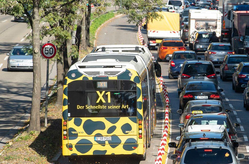 Auf der Überholspur: Ein Bus der Linie X1 im Gepardenlook Foto: dpa