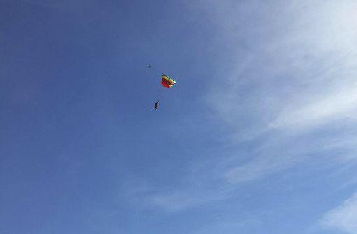 94-Jährige feiert Geburtstag mit Fallschirmsprung