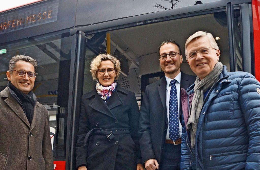 Von links: Michael Lutz, Waldenbuchs Bürgermeister, Eva Noller, Erste Bürgermeisterin in L.-E., Christoph Traub, Oberbürgermeister in Filderstadt, und Landrat Heinz Eininger in einem der neuen Busse. Foto: Fritzsche
