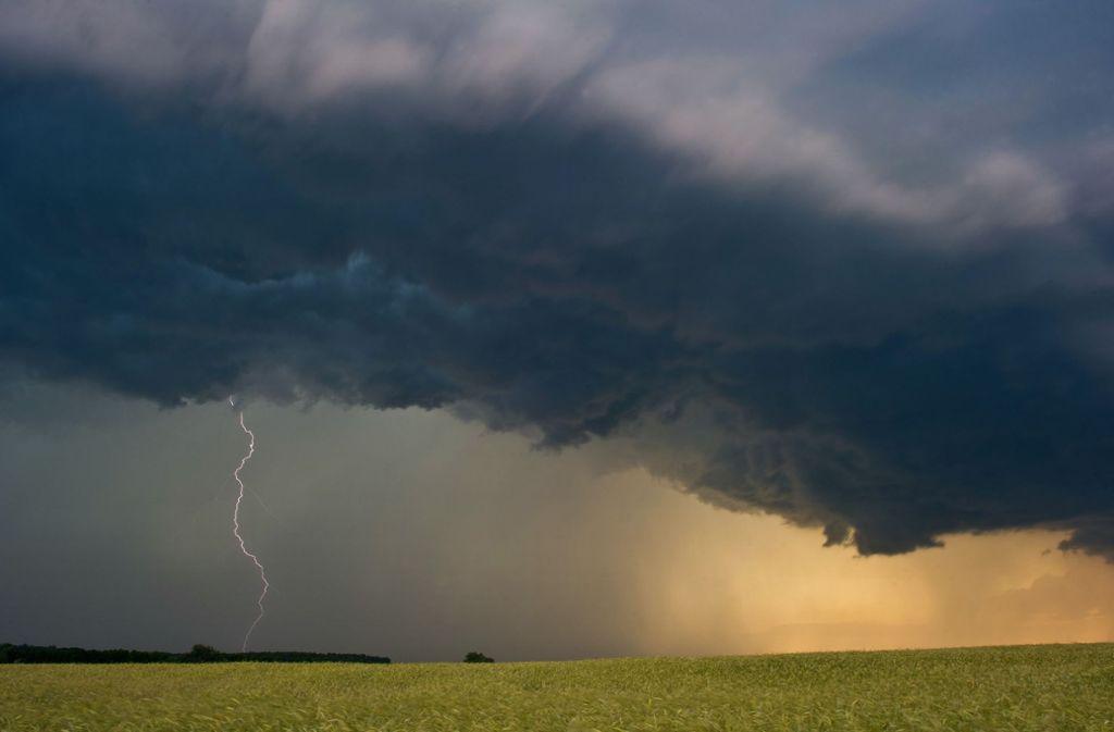 Gewitter können gefährlich werden. In South Carolina hat ein Blitz einen Mann um nur wenige Zentimeter verfehlt. (Symbolfoto) Foto: dpa