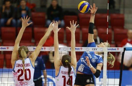 Vergeblich gestreckt: Jelena Wlk und Allianz MTV Stuttgart unterliegen gegen Krasnodar. Foto: Pressefoto Baumann