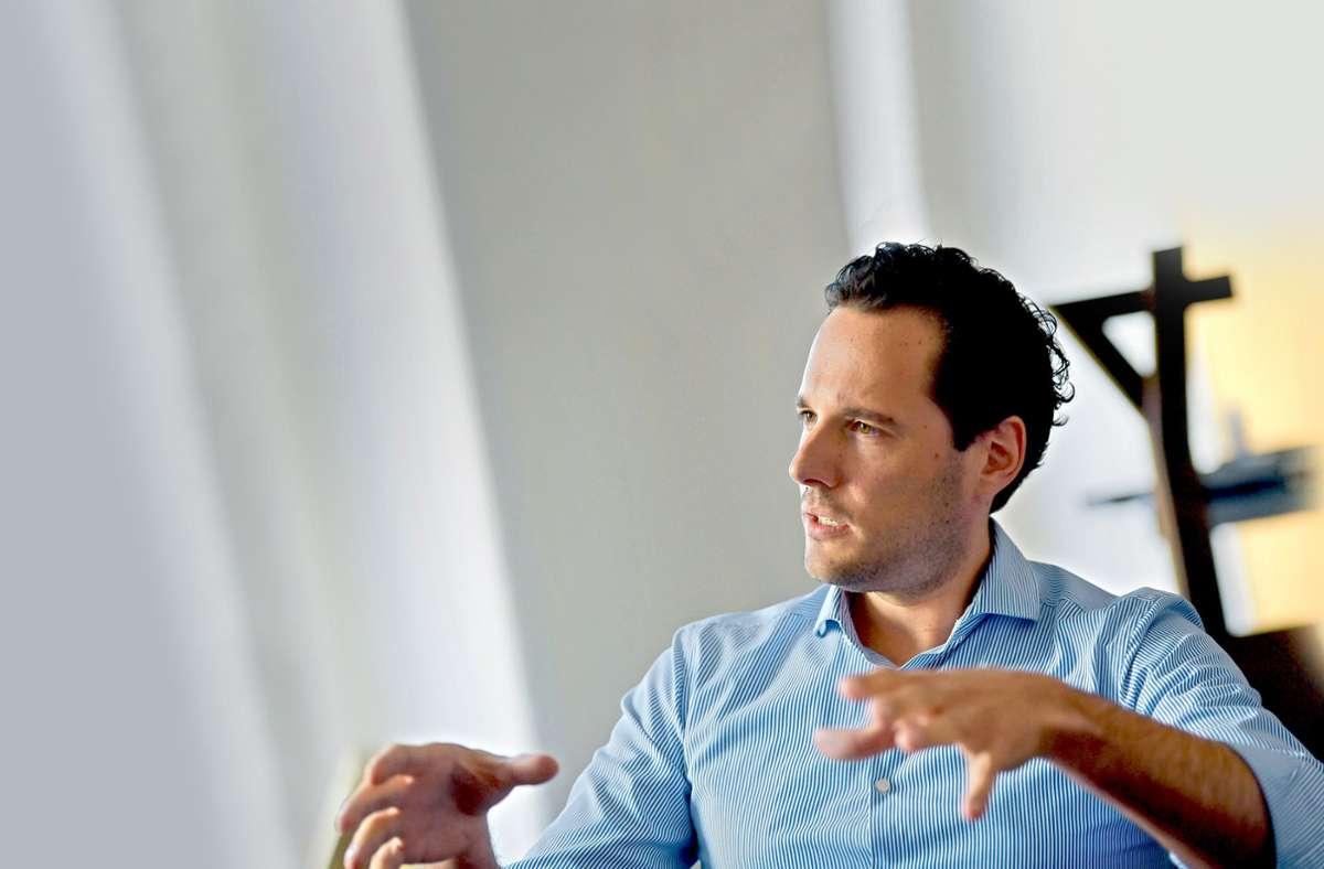 Der Stuttgarter Kulturbürgermeister Fabian Mayer in seinem Büro Foto: LG/Max Kovalenko