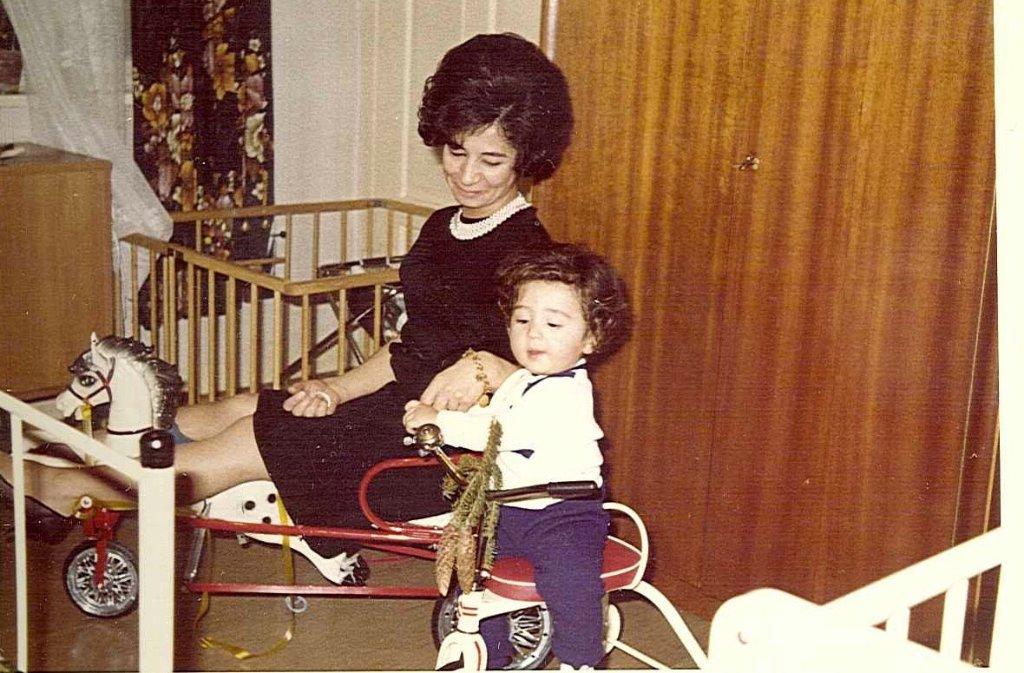 ... in seine Kindheit. Cem Özdemir wurde im Jahr 1965 in Bad Urach geboren, wo sich seine Eltern Nihal und Abdullah in den frühen 1960er Jahren kennenlernten. Seine Mutter stammt aus Istanbul, sein Vater aus Kaledere, das etwa 200 Kilometer östlich von Ankara liegt. Auf diesem Foto spielt der kleine Cem Ende der 1960er Jahre mit seiner Mutter im Kinderzimmer in Bad Urach. Nihal Özdemir arbeitete damals in einer Papierfabrik, bevor sie eine Änderungsschneiderei eröffnete, in der die zwischenzeitlich 78-Jährige noch heute Kleidungsstücke näht. Ihr Mann verdiente ... Foto: Cem Özdemir