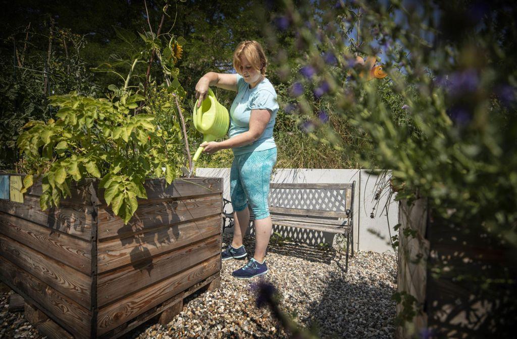 Christine Dreiling gießt ihren Minigarten auf dem Finkenberg. Foto: Gottfried Stoppel